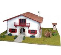 Сборная деревянная модель деревенского дома Artesania Latina Chalet en kit de Caserio con carro 1:72