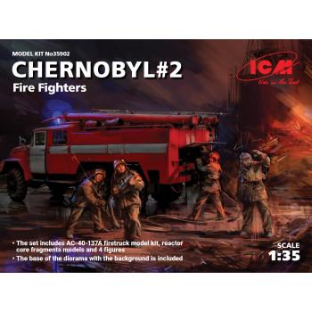Чернобыль №2. Огнеборцы (АЦ-40-137А, 4 фигуры и картонная подставка с фоном) сборная модель