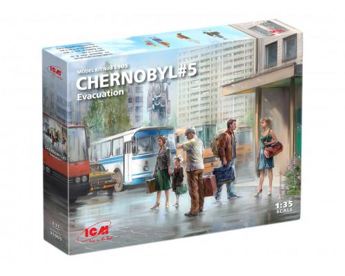 35905 ICM Фигуры, Чернобыль №5. Эвакуация (4 взрослых, 1 ребёнок и багаж)